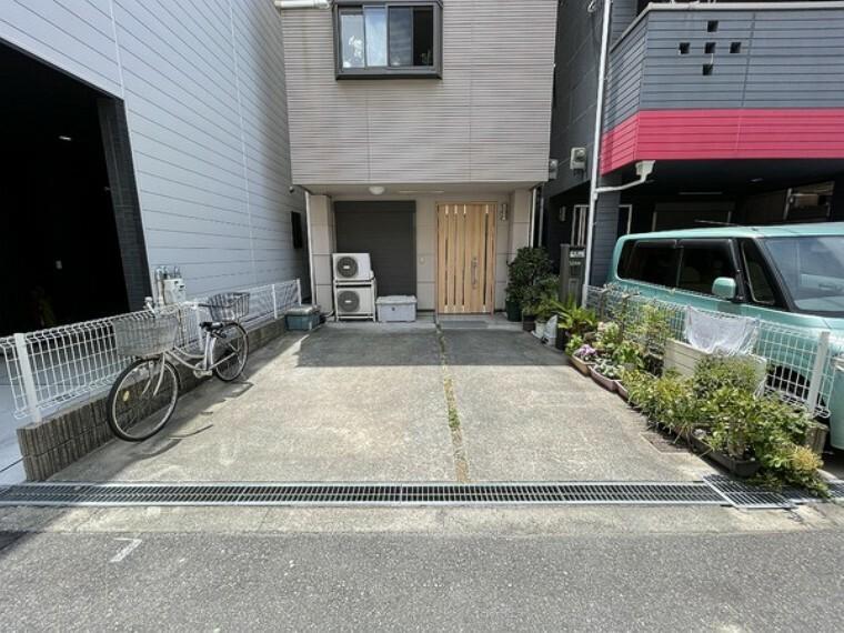 現況写真 駐車スペースは広く取られております!駐車が楽にできるのはうれしいですよね!
