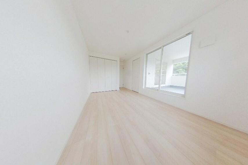 寝室 明るい陽射しの入るお部屋です。 ガラスはLow-Eガラスを採用。遮熱性・断熱性に優れております。冷暖房効率が上がります。