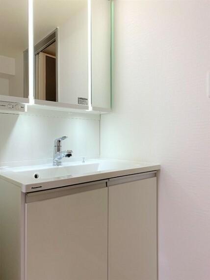 洗面化粧台 新品の三面鏡つき化粧洗面台!