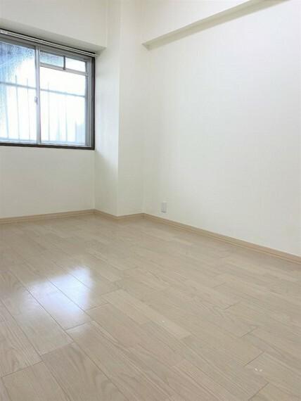 寝室 洋室4.9帖。窓付きで明るいお部屋です
