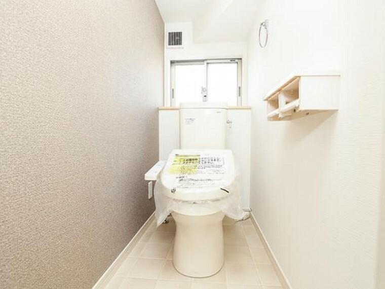 同仕様写真(内観) \同仕様写真/トイレは1階と2階の2カ所に設置!階段を上り下りせずに使用できるので、高齢の方にも安心です!