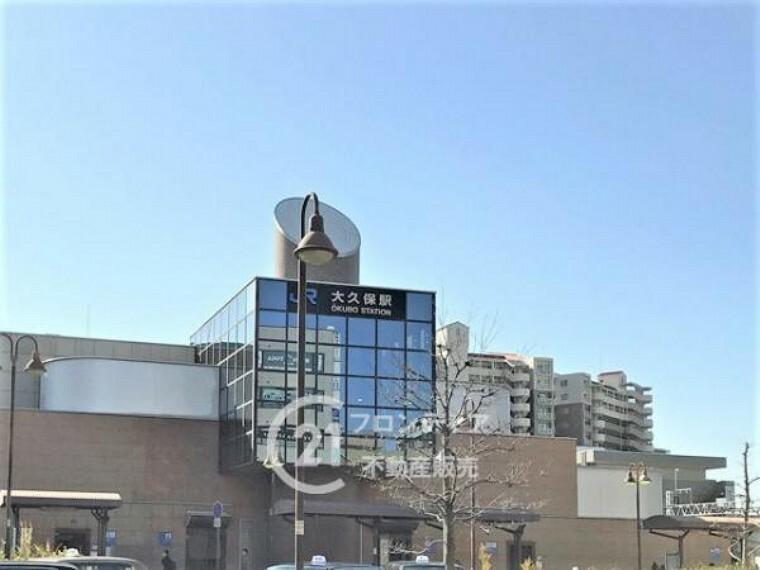 JR山陽本線「大久保駅」駅前に駐輪場があり、コンビニや駅と繋がっているショッピングモールがあり便利です。南口にはTacoバス、北口には地下鉄沿線方面にも行けるバス停があります。