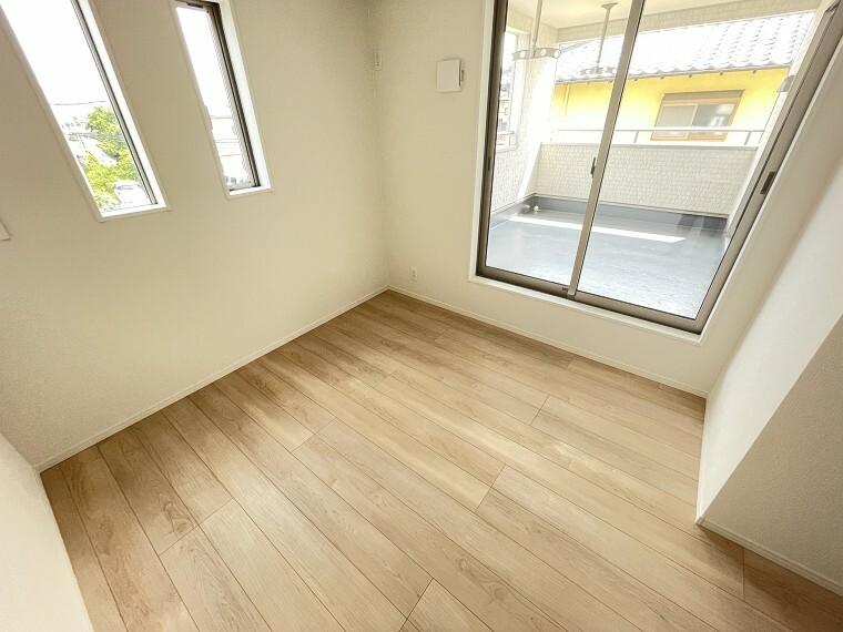 居間・リビング バルコニーと繋がる5.7帖の洋室は南向きで陽もポカポカ入ります