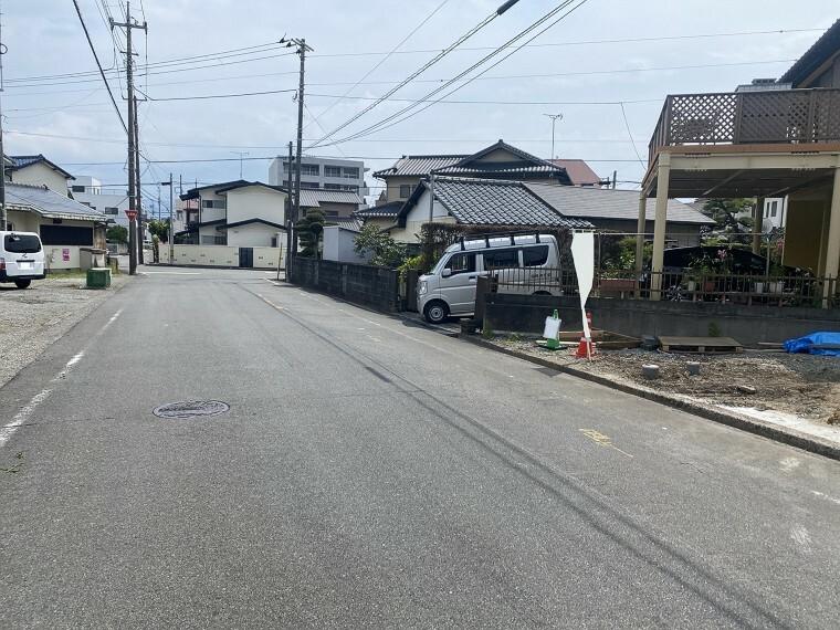 外観・現況 広々前面道路で駐車もラクラク。