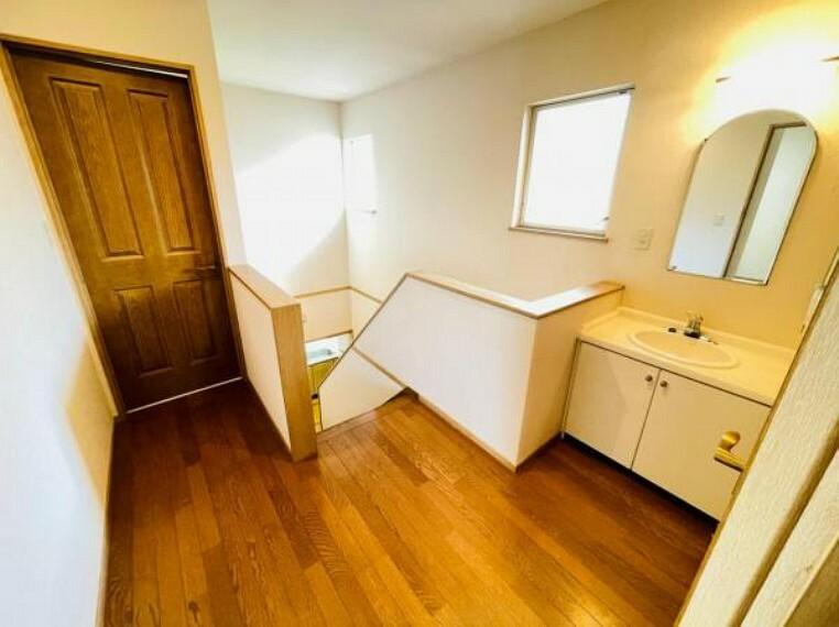 洗面化粧台 忙しい朝にも便利な2階ミニ洗面台