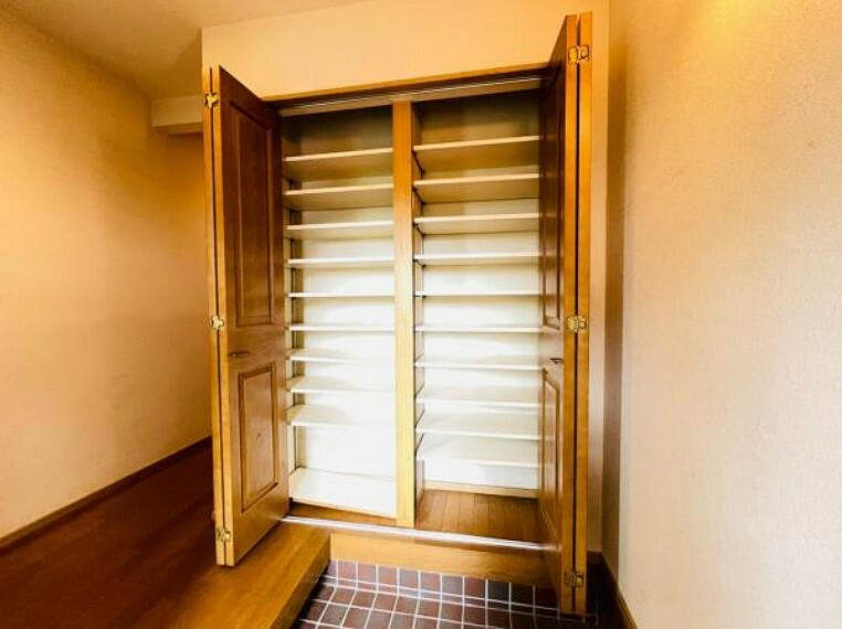 玄関 家族の履物がたっぷり収納できる玄関収納