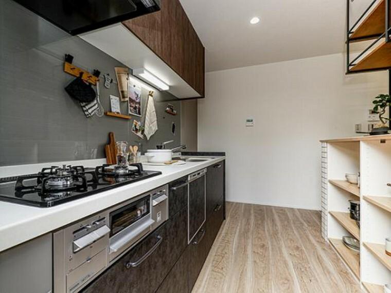 参考プラン完成予想図 \同仕様写真(カフェナチュラル)/見せる収納でお洒落な空間に。お料理を作っている姿や手作りのお菓子をそのまま撮影するだけで映える、自慢のキッチン