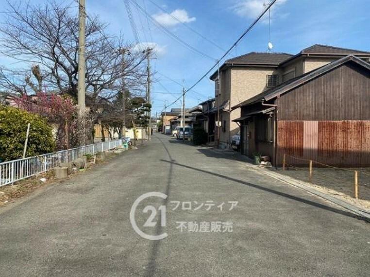 周辺の街並み 前道は北面4.7m、南面6.7mあります