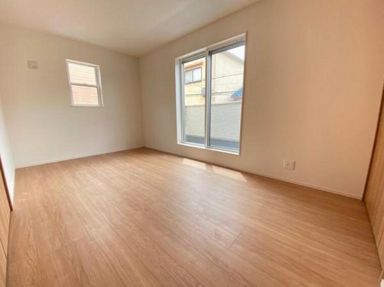 寝室 こちらのお部屋はバルニコーに面しており、日当たり、通風ともに良好です!お布団などもサッと干せて便利ですね