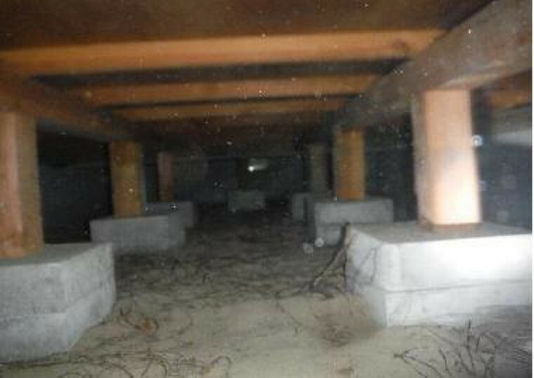 構造・工法・仕様 中古住宅の3大リスクである、雨漏り、主要構造部分の欠陥や腐食、給排水管の漏水や故障を2年間保証します。その前提で床下まで確認の上でリフォームし、シロアリの被害調査と防除工事もおこないます。