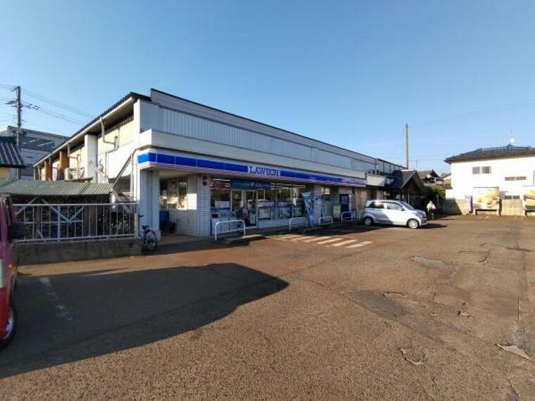 コンビニ ローソン新津山谷店様まで約400m。(徒歩5分)近くにコンビニがあればちょっとしたお買い物などに便利ですね。