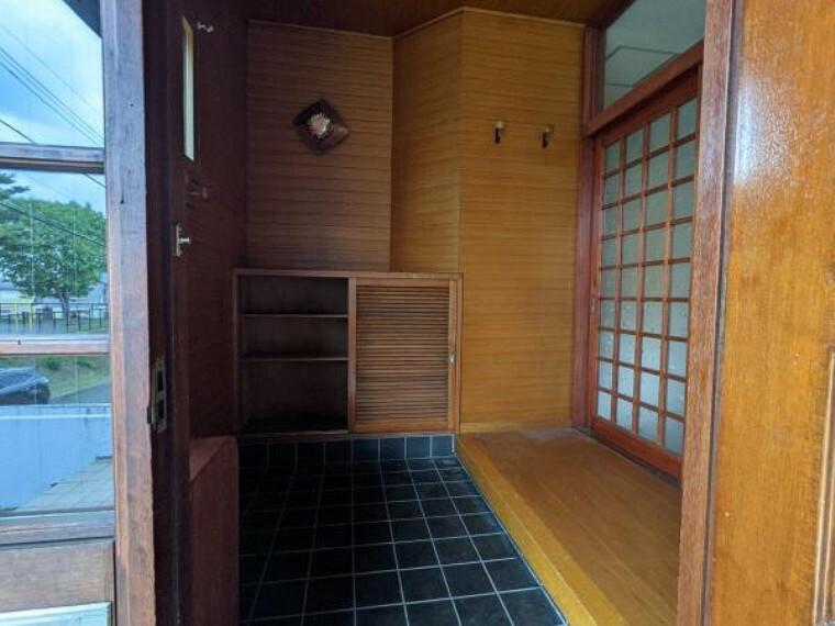 玄関 [リフォーム前_玄関ホール]リフォーム前玄関ホールです。壁面の板材を生かし、下駄箱を交換いたします。