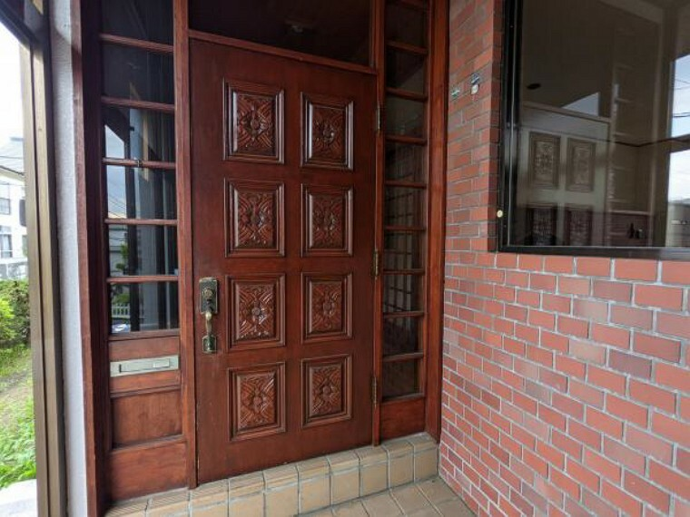 玄関 [リフォーム前_玄関ドア]リフォーム前の玄関ドアです。鍵交換をおこない、ハンドル部分を交換いたします。