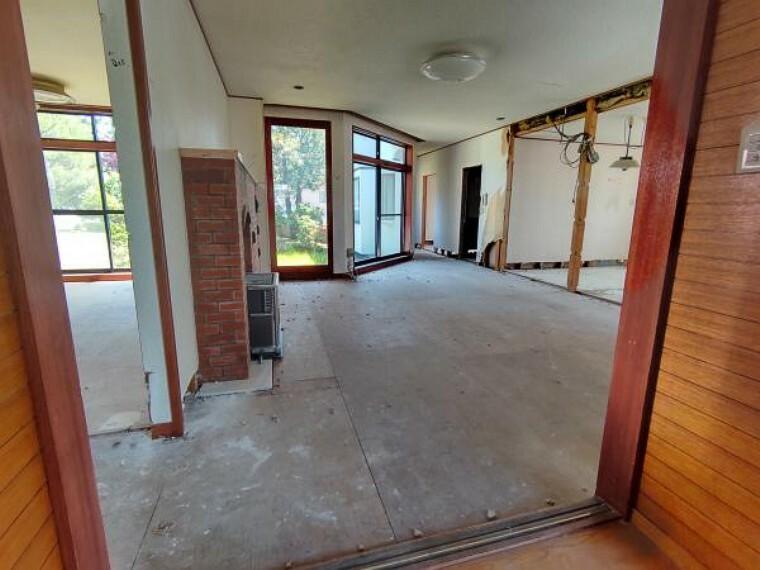 居間・リビング [リフォーム前_リビング]リビングドアからみたリビングになります。キッチンの壁は開口しキッチンスペースも広々としているリビングになります。