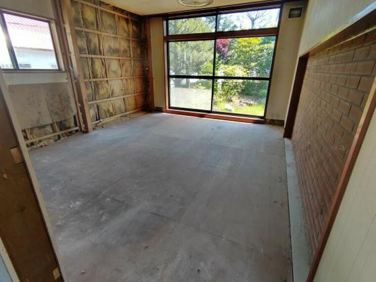 [リフォーム前_洋室]リビング入って左手にある洋室です。造作の収納は撤去いたします。内サッシは交換いたします。