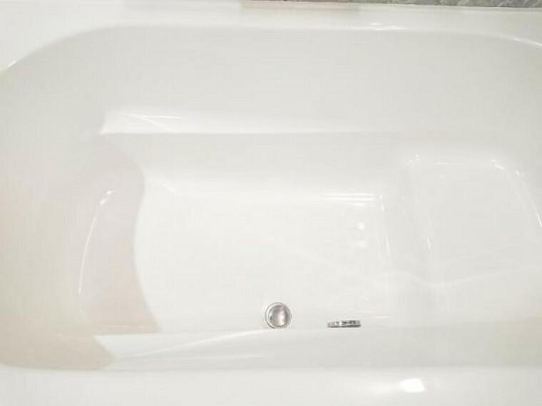 【同仕様写真】浴室は新品のハウステック製ユニットバスを設置します。様々な入浴スタイルを叶えながら節水を実現するベンチ付き形状。広々1坪タイプでのんびり入浴でき、一日の疲れを癒せますよ。