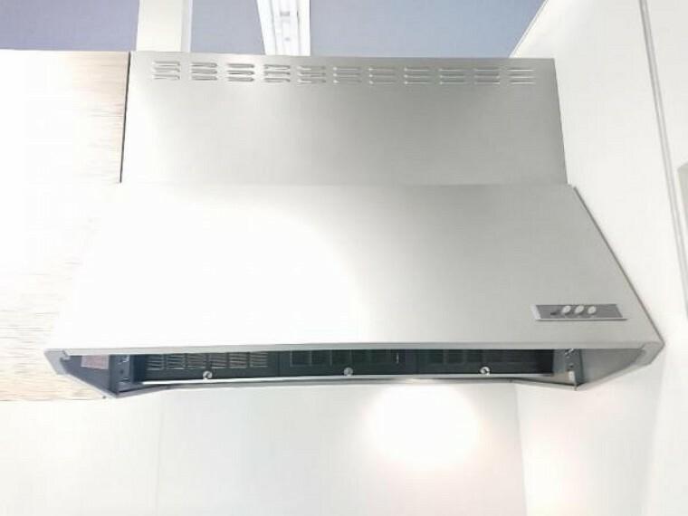 【同仕様写真】新品キッチンの換気扇はシロッコファンです。力強く空気を外に押し出すシロッコファンを搭載したシルバーフードです。40Wの照明付きです。