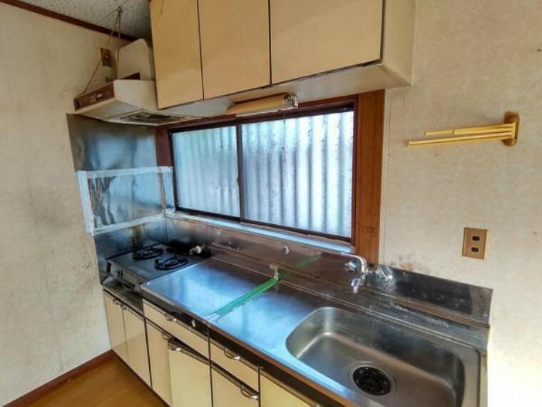 キッチン 【リフォーム中写真9/19撮影】キッチンの写真です。既存のものは撤去し、ハウステック製のシステムキッチンを新設します。吊り戸棚もつくので、食器なども収納できますよ。