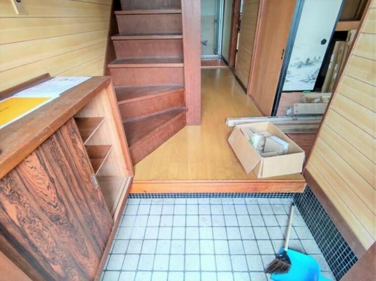 玄関 【リフォーム中写真9/19撮影】玄関内部の写真です。シューズボックスを新設し、タイルも今どきの30cm角のものを上張りします。