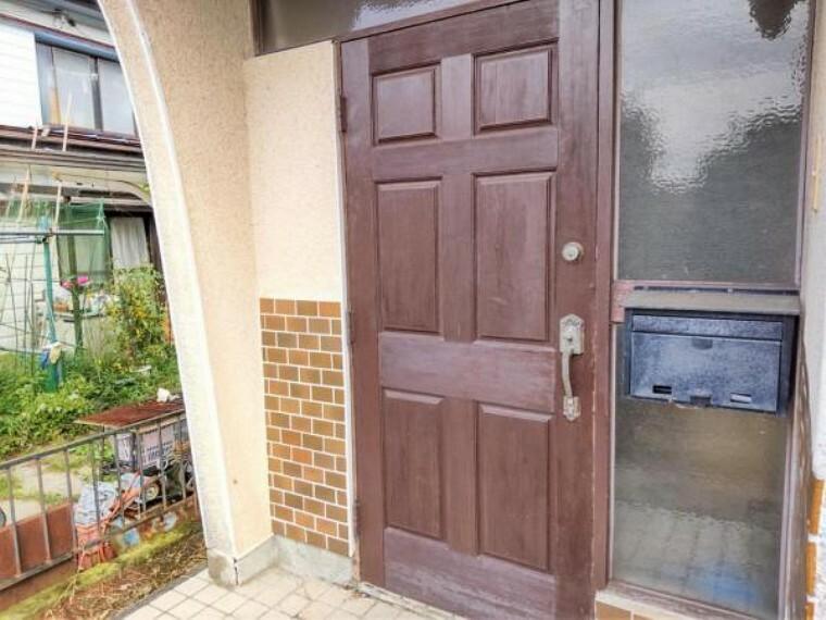 玄関 【リフォーム中写真9/19撮影】玄関扉の鍵交換は勿論、玄関タイルも30cm角タイルを上張り予定。インターフォンは録画機能付きに交換致します。家の顔である玄関がキレイになると毎日の帰宅が楽しみですね。