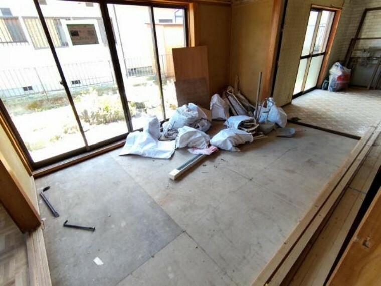 居間・リビング 【リフォーム中】リビング写真です。天井と壁のクロスを張り替えて、床はフローリングの張替えを行う予定です。