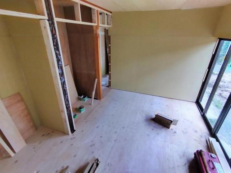 居間・リビング 【リフォーム中】1階和室です。使い勝手を考えて和室から洋室に間取り変更し、リビングの一部になる予定です。天井・壁のクロス張替えの他、床は上張りし照明や火災報知器も新品を設置する予定です。