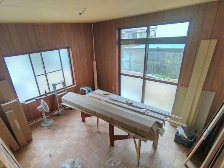 【リフォーム中】1階8帖の洋室です。キ天井と壁のクロスを張り替えて、床はフローリングの張替えを行います。