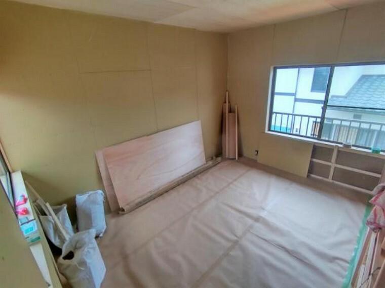 【リフォーム中】2階東側洋室です。使い勝手を考えて和室から洋室に間取り変更する予定です。天井・壁のクロス張替えの他、床は上張りし照明や火災報知器も新品を設置する予定です。