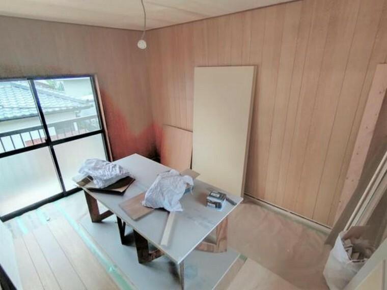 【リフォーム中】2階西側洋室です。天井・壁のクロス張替えの他、床は上張りし照明や火災報知器も新品を設置する予定です。