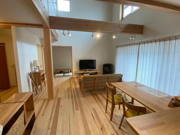 居間・リビング 家族団らんの場所としてゆったりと居心地の良いリビングです。