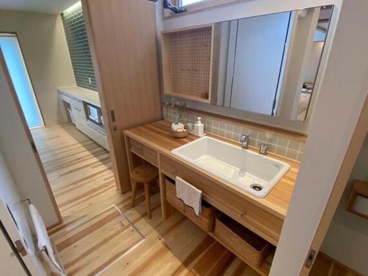 洗面化粧台 広々とした洗面台です。