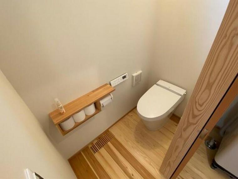 トイレ シャワー洗浄機能付のトイレは、清潔感が印象的な空間ですね。