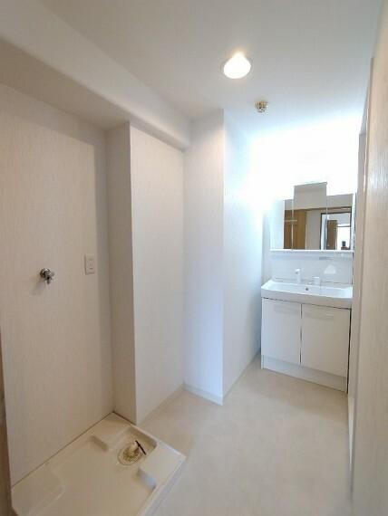 洗面化粧台 【洗面所】 白で統一されたキレイな洗面所!!収納もたくさんできるのでキレイに保てそうです