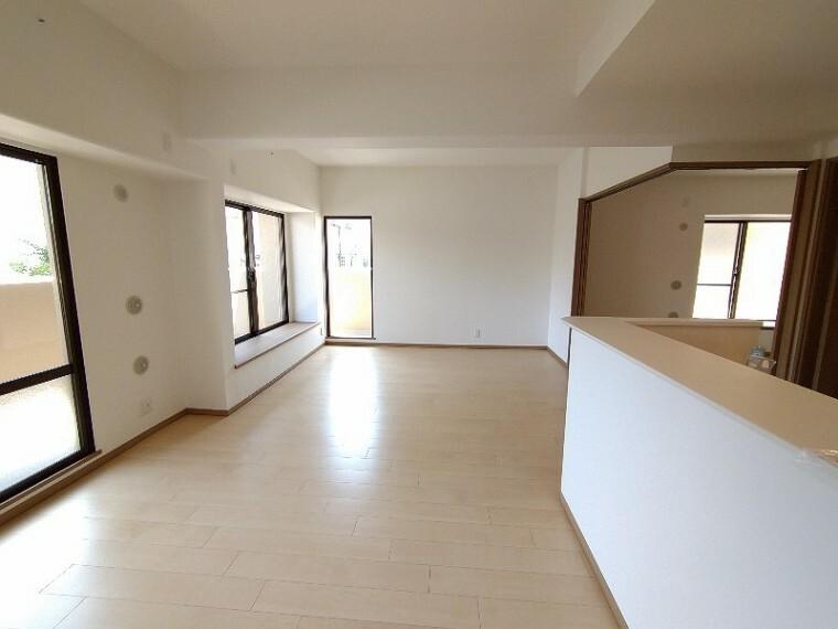 居間・リビング 【LDK17帖】 ソファーやダイニングテーブルを置いてもゆとりのある広さのリビングです