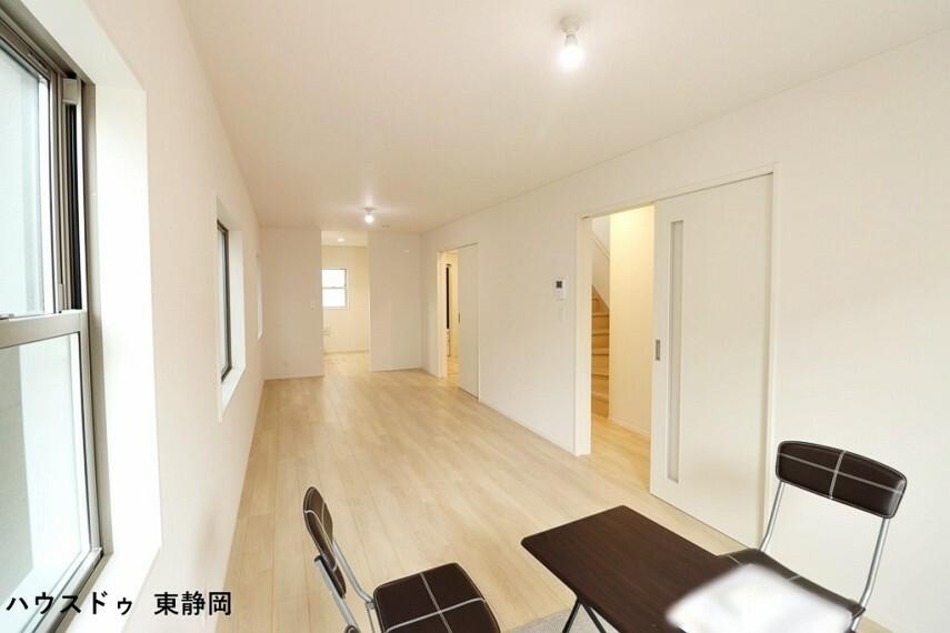 居間・リビング リビングは2ヶ所から出入りできるので、家事動線が良いですね
