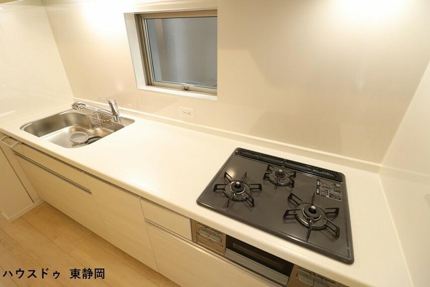 キッチン 3口コンロを使用しているため、同時に複数の調理が可能です。
