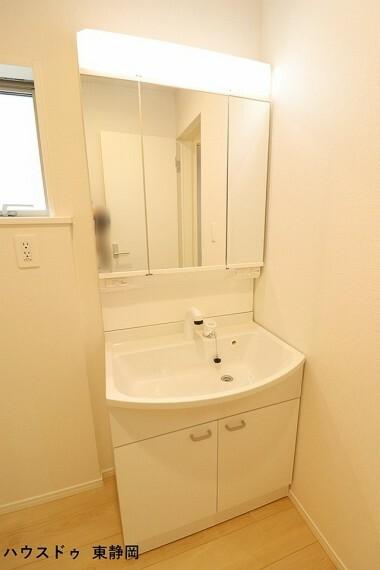 洗面化粧台 鏡裏の収納だけでなく、ボウル下にも収納を備えています。