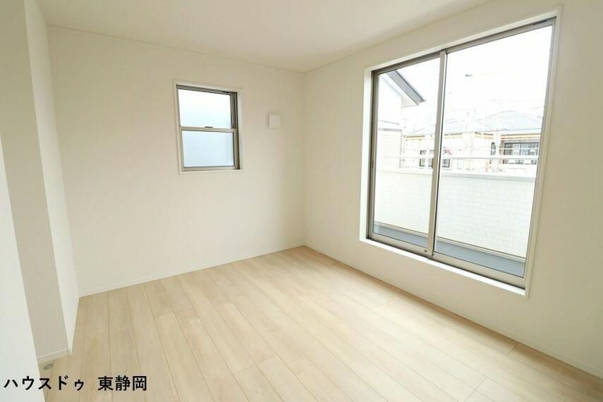 寝室 6.2帖洋室。バルコニーに面した大きな窓があるため、室内に明るい光が差し込みます。