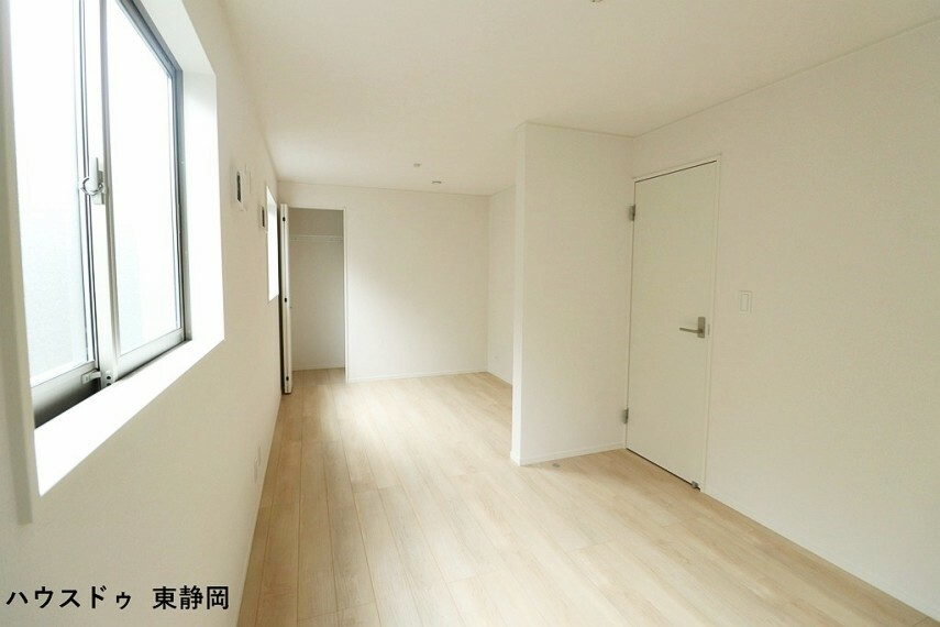 間取り図下側の納戸から撮影。居室としてもお使い頂ける納戸は、お子様の成長に合わせて部屋を仕切ることができます。