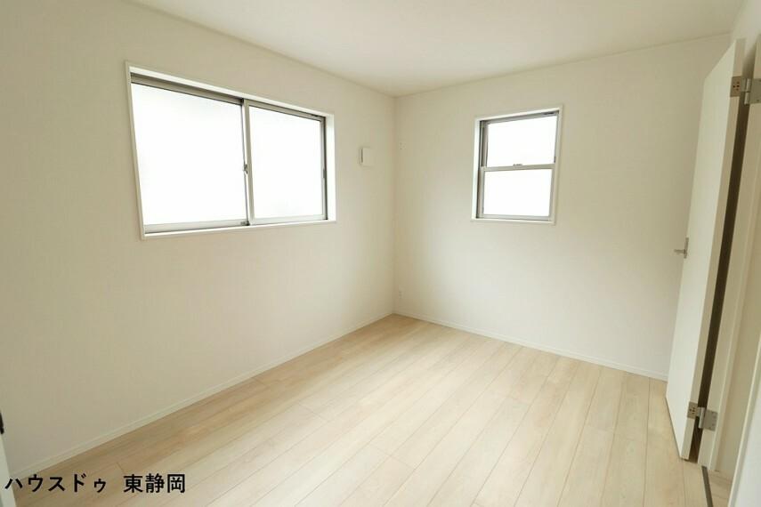洋室 6帖洋室。2面採光で明るい室内空間です。
