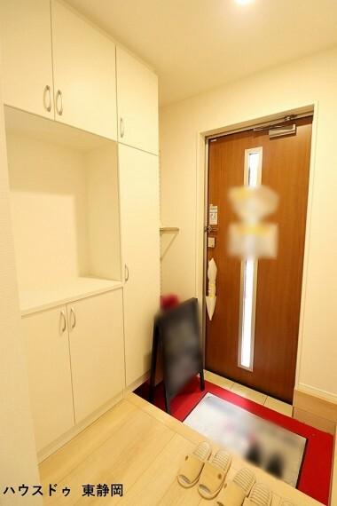 玄関 すりガラスのドアがあるため、光が差し込み明るい玄関になります。