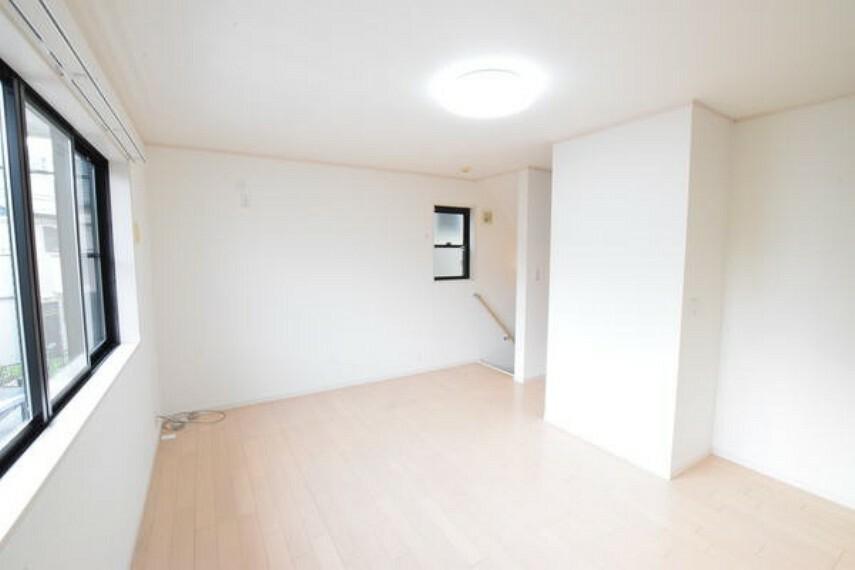 居間・リビング リビングの写真です3面採光の為明るいです。