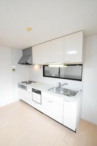 キッチン 【キッチン】 調理スペースが広く、複数人でも同時にお料理が楽しめます。 勝手口が付いているのも嬉しいポイントです。