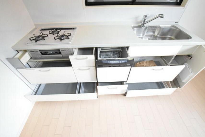 キッチン 【キッチ】収納が充実したシステムキッチンとなっております。 調理スペースが広く確保されており、効率的にお使いいただけます。