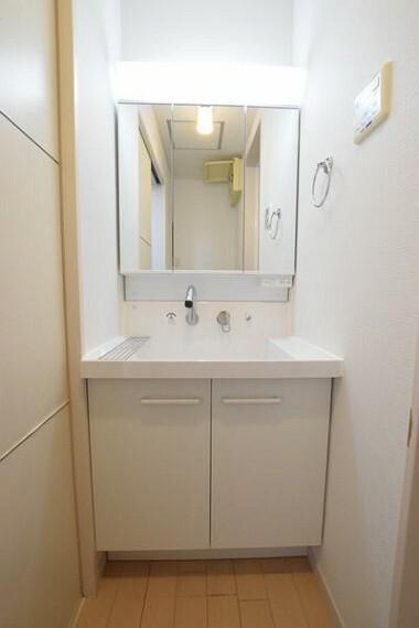 洗面化粧台 【洗面化粧台】 シャンプードレッサー付き、三面鏡で水回りのスペースも広いので、忙しい朝でも効率的に準備が可能です。