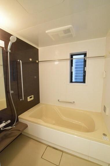 浴室 【バス】 温かみのある配色の浴室となっており、日々の疲れを癒してくる心地良い空間でございます。 詳細は(株)ゲットハウスまで。