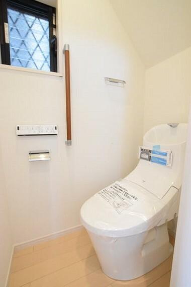 トイレ 1階トイレの写真になります。 窓も付いていて換気しやすいです。