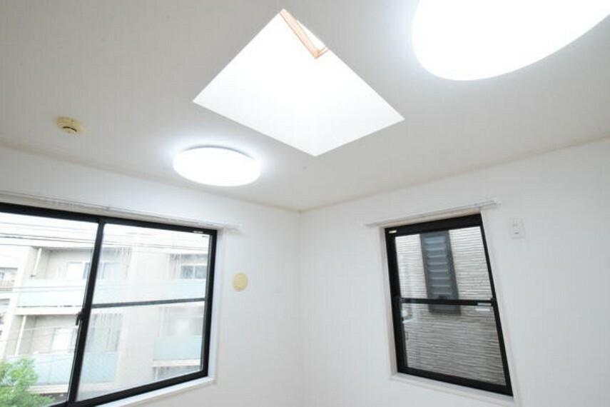 寝室 天窓のある洋室写真です。