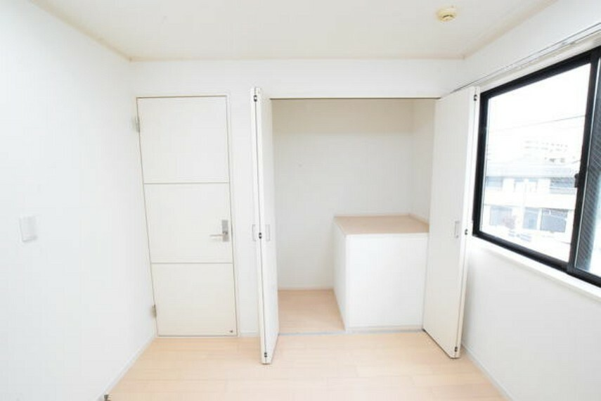 収納 クローゼットの写真です。 お部屋には窓もあり開放的です。