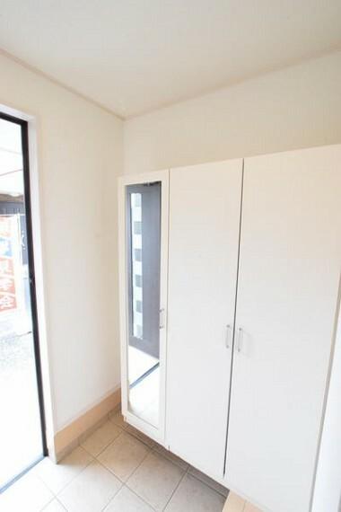 収納 玄関収納の写真です。 姿見が付いていてお出かけの際確認できます。
